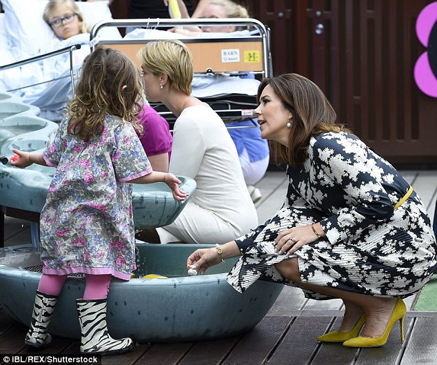 The sartorially clued-up royal played in the sandpit with one youngster
