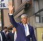 Former U.S. President Barack Obama waves as he and Japanese Prime Minister Shinzo Abe pose for photographers arrives at a Japanese Sushi restaurant in Tokyo's Ginza shopping district, Sunday, March 25, 2018. Obama says negotiations with North Korea on its nuclear weapons program are difficult, partly because the country's isolation minimizes possible leverage, such as trade and travel sanctions against Pyongyang. (AP Photo/Shizuo Kambayashi, Pool)