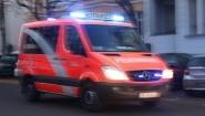 Ein Notarztwagen der Feuerwehr fährt in Berlin im Stadtteil Steglitz am 12.11.2016 mit Blaulicht zu einem Brand. (picture alliance / dpa / Wolfram Steinberg)