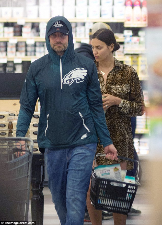 Common people: The actor and model hit the grocery store just like everyone else
