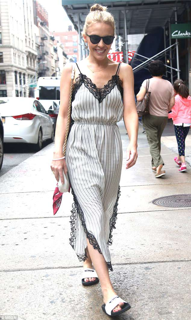 Walk this way: She draped her enviable purse over her shoulder