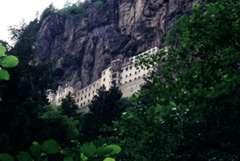 le monastère de Sumela accroché à une falaise
