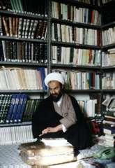 Cheikh Mehdi al Assefi dans sa bibliothèque à Qom