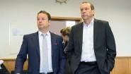 Der ehemalige Präsident des saarländischen Landtags Klaus Meiser (CDU, r) steht mit seinem Anwalt Guido Britz in dem Verhandlungssaal des Landgerichtes in Saarbrücken. Ihm werden Untreue und Vorteilsgewährung vorgeworfen. (dpa/ picture alliance/ Oliver Dietze)