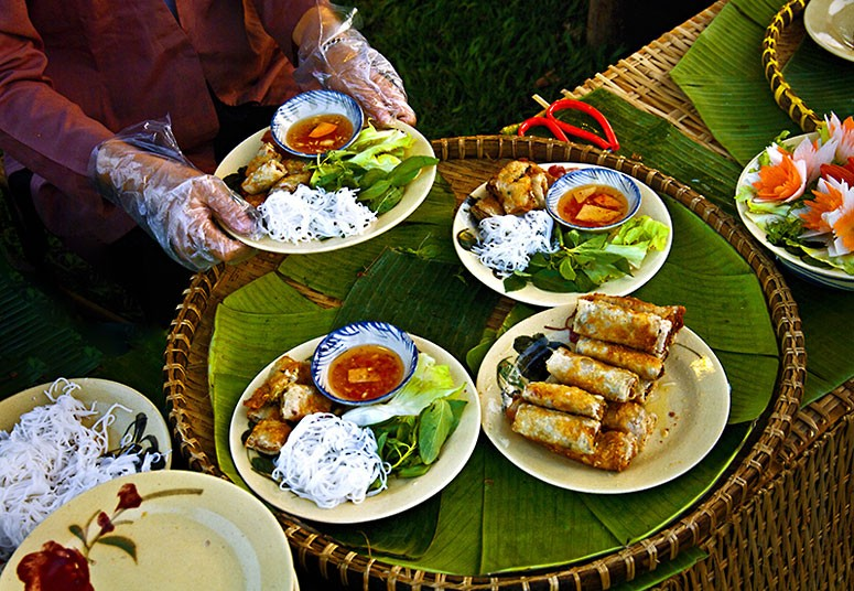 Spring Roll by Ngo Quang Phuc. Food in the Street category