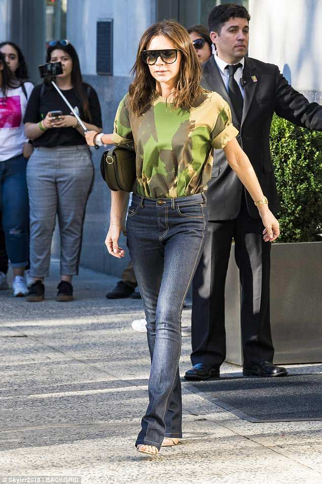 Stylish: Victoria toted her belongings in a chic khaki coloured handbag which she propped under her arm