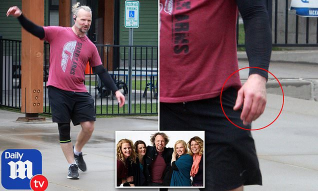 Sister Wives star Kody Brown is spotted leaving the gym without his wedding ring