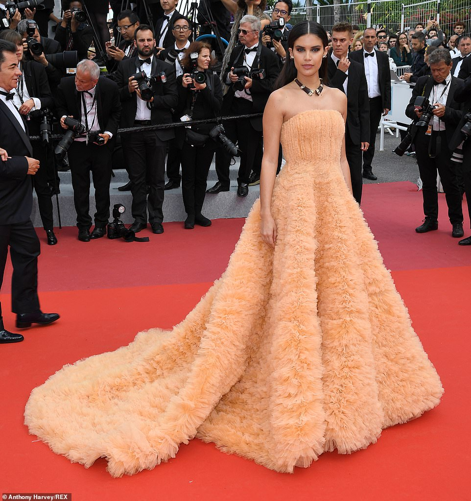 Chic: Sara Sampaio wowed in a pastel orange feathered gown
