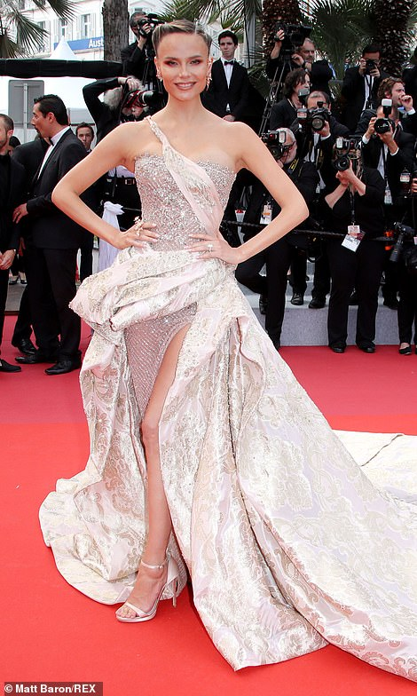Dramatic: The ensemble was embellished with a paisley print curtain-style skirt