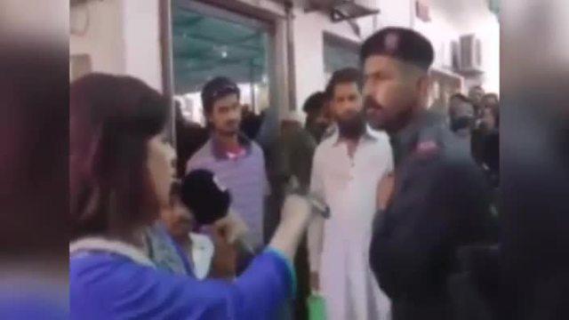 Polizist schlägt Reporterin vor laufender Kamera. (Quelle: Bit Projects)