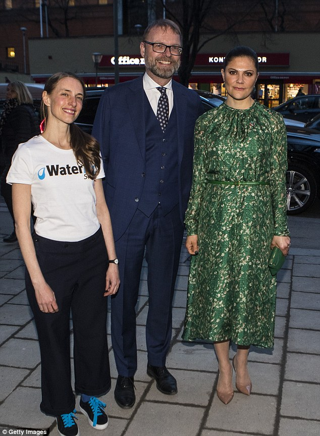 Victoria poses for a photo with a WaterAid worker and Tobias Krantz. Tonight's talk will be led by Cecilia Chatterjee-Martinsen, Secretary General WaterAid Sweden