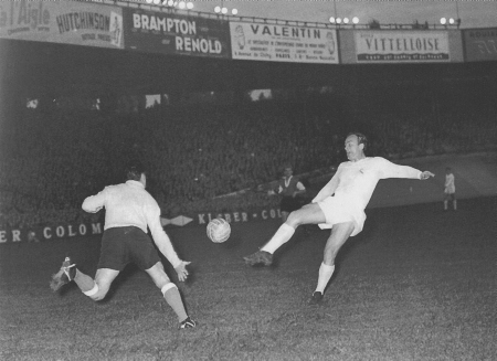 Alfredo di Stefano in action during the final of the 1956 European Cup