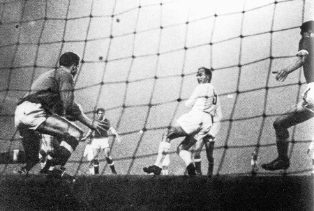 Di Stefano tries to backheel the ball past Man United goalie Harry Gregg
