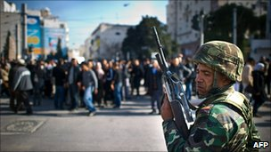A Tunisian soldier stands guard in central Tunis (17 January 2010)