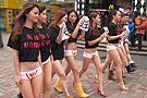 美女穿内裤上街引市民围观