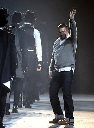 Alexander McQueen al finalizar un desfile