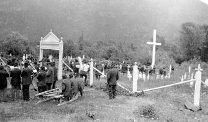 BC Archives # E-01602, Funeral at Indian Cemetery near Lillooet, 1920s
