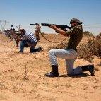 Unos soldados libios rebeldes participan en un entrenamiento para poder combatir contra las fuerzas leales al líder libio, Muamar Al Gadafi.