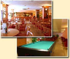 la piscina y el bar
