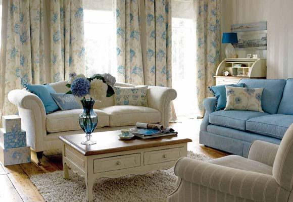 сочетание голубого и бежевого в интерьере гостиной 001