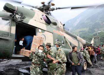 RescuersunloadmedicalmaterialsfromahelicopterinYingxiuTownofWenchuanCounty,theepicenterofMonday'smassiveearthquakeonMay14,2008.(XinhuaPhoto)