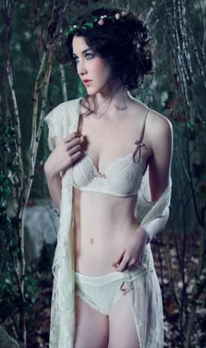 modelo guapa con ropa interior blanca