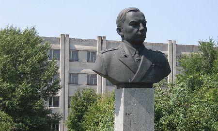 Busto de un mariscal (seguramente Ivan Kozhedub) en el centro de la base