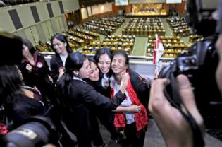 For many Indonesians with a foreign spouse, the Immigration Law that was passed in April was reason to celebrate, as it promised easier access to residency permits.(Antara Photo)
