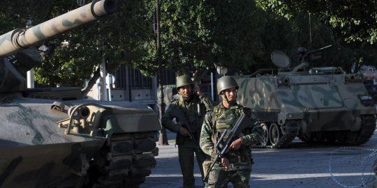 Des soldats montent la garde, avenue Bouguiba, à Tunis, le 16 janvier.