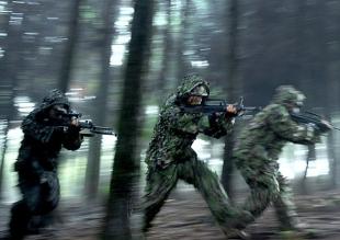 云南边防在中缅边境演练清剿小股残敌