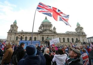 """英""""国旗问题""""遭民众暴力示威"""