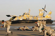 伊朗军演出动气垫登陆艇