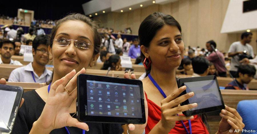 Female Indian students pose with tablet computers in New Delhi, India, Oct. 5, 2011. [AP File Photo]