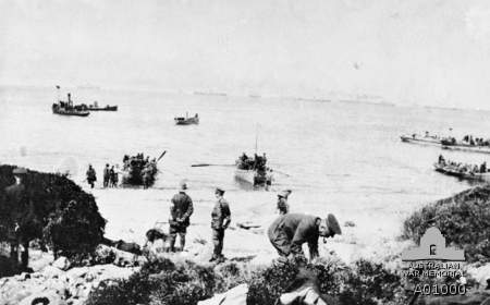 Boats carrying troops to shore, Anzac Cove, 25 April 1915. A01000