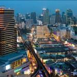 Панорамный вид на Бангкок с крыш небоскребов. Ночь