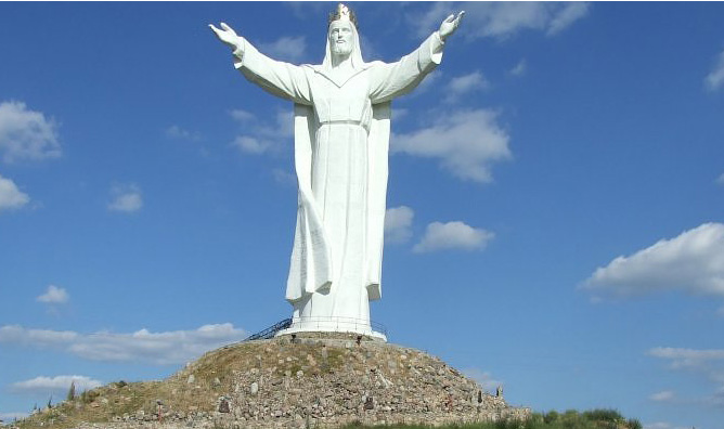 pomnik chrystusa krola w The Giant Statue Of Christ Standing In Poland