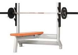 Скамья для жима — пример тренажера со свободным весом.