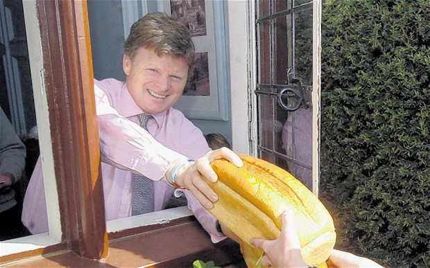 Richard Benyon demands curb on pesticide sale