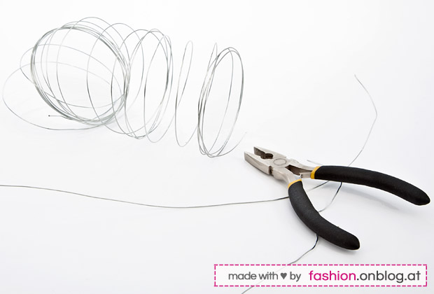 Accessory DIY Tutorial: Wire Headband (Flexible Hairband) Bend the wire - diy-step 3