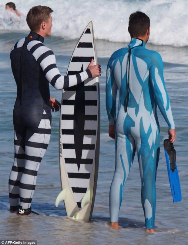 Cada modelo de wetsuit tem uma função para afastar o predador. (foto: AFP/Getty Images)