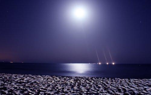 la luna en el mar riela...