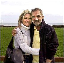 Με την, κατά 26 χρόνια μικρότερη, δεύτερη γυναίκα του Άλεξ.