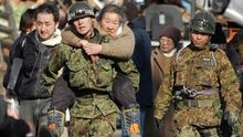 Soldaten retten Menschen aus den Unglücksgebieten.