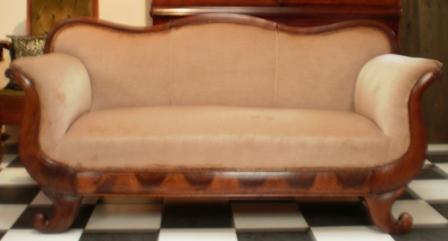 antieke sofa met oude bekleding