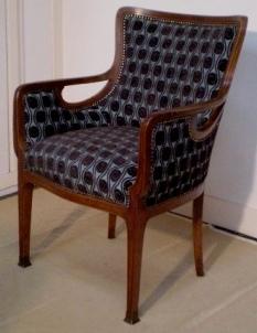 Wiener Jugendstil armstoel gerestaureerd en met meubelstof in stijl