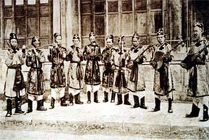 Đội nhã nhạc cung đình Huế ở nhà hát Duyệt Thị Đường năm 1913
