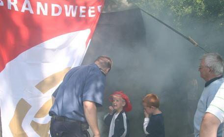 Brandweerman geeft uitleg aan kinderen