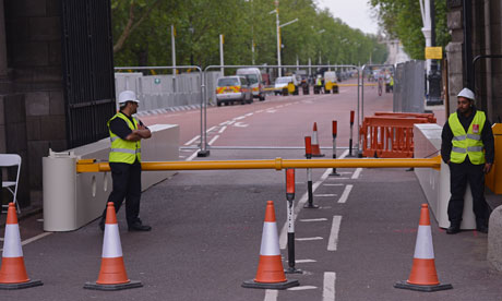 Bike blog : Olympics roads closure : Security guards man a barrier closing The Mall, London