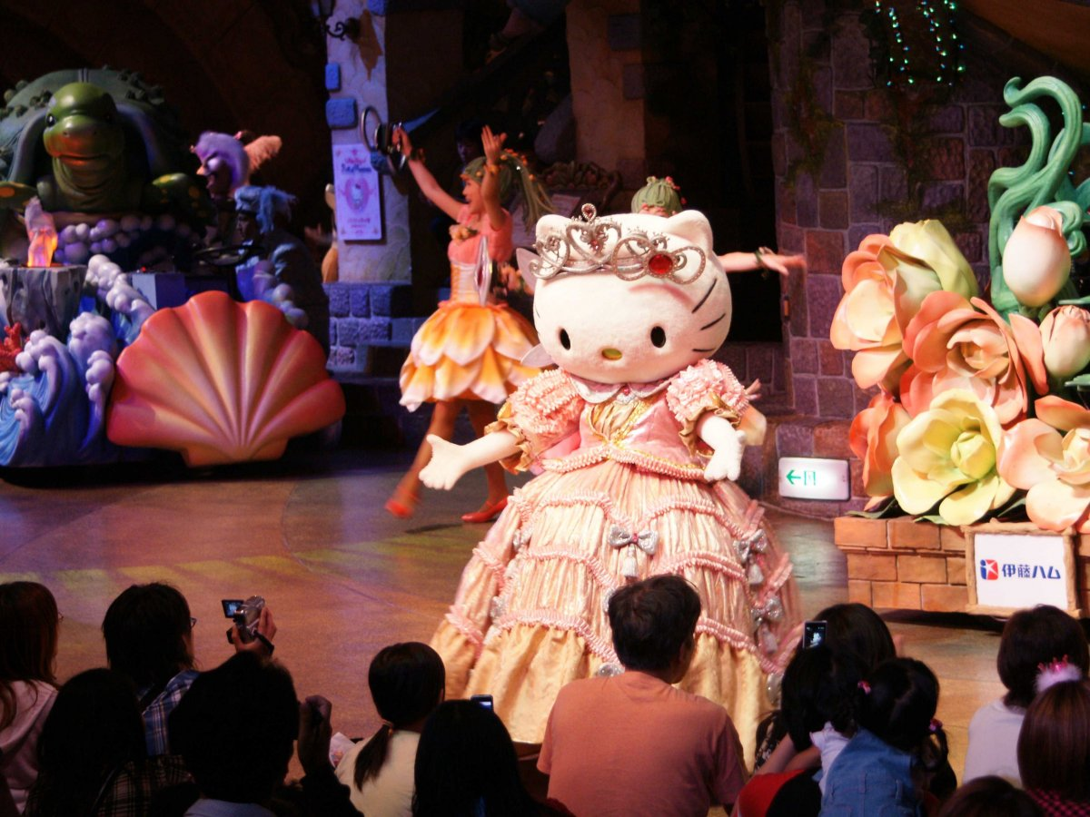At Puroland, the young audience goes nuts when Kitty appears.