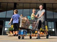 PHOTO: Shoppers exit a Kroger supermarket in Peoria, Illi, Sept. 10, 2013.